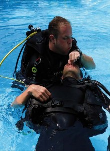 Rettungsübungen im Pool